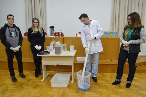 """Durante a palestra foi realizada  a oficina """"Reciclagem: Uma atividade limpa – Como fazer sabão a partir do óleo de cozinha"""""""