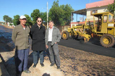 O secretário de obras do Município, Rodrigo Medeiros e o Vereador Arlindo Diel (Democratas) visitaram a comunidade no início das obras das ruas Souza Lobo e Sepé Tiaraju