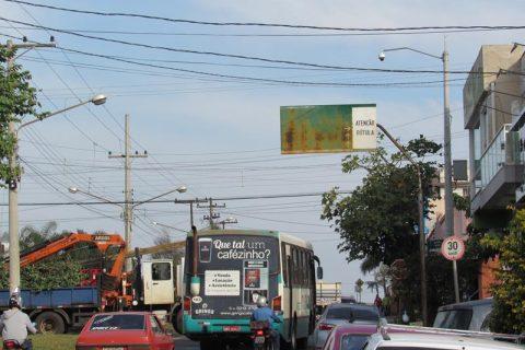 Placa de orientação localizada na Av. Getúlio Vargas próxima ao cruzamento com a Av. Brasil