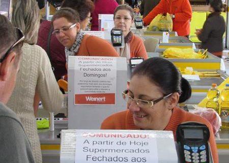 Comunicado fixado nos caixas confirma o fechamento dos supermercados aos domingos
