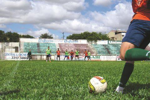 Candidatos a uma vaga na equipe profissional do Elite Clube Desportivo realizam testes seletivos no Estádio da Zona Sul