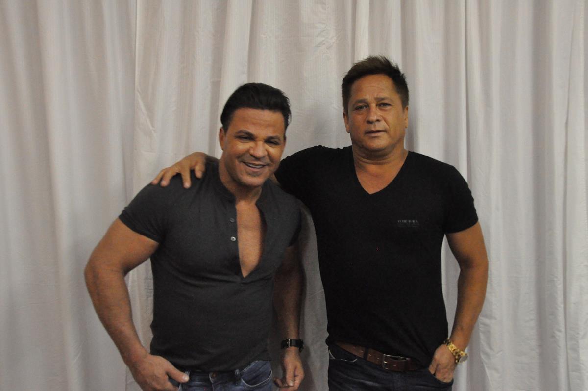 leonardo e eduardo costa, dois dos maiores nomes da música sertaneja, apresentaram em santo ângelo o projeto cabaré, que reune clássicos da música sertaneja