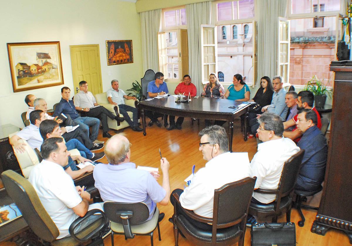Durante a primeira reunião de trabalho com a equipe de governo, o prefeito eleito Jacques Barbosa e o vice Bruno Hesse anunciaram as primeiras medidas que serão tomadas pela nova gestão municipal