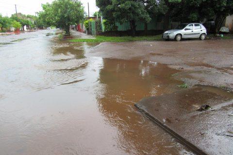 Chuvas registradas na segunda-feira fizeram com que a tubulação não aguentasse o volume de água, transbordando e piorando ainda mais o problema
