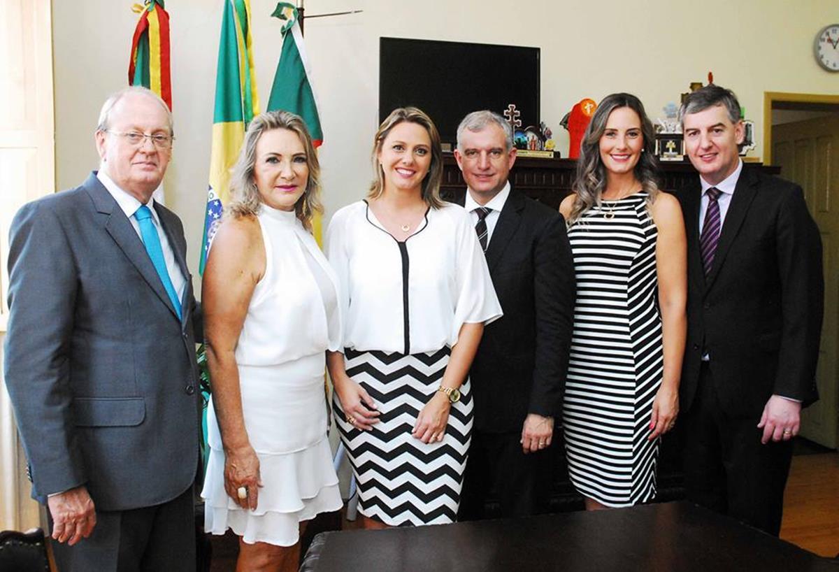 Após a ceromônia de posse, Bruno e Lígia Hesse, Juliana e Jacques Barbosa recepcionaram o Deputado Estadual Eduardo Loureiro e Robriane Loureiro no gabinete