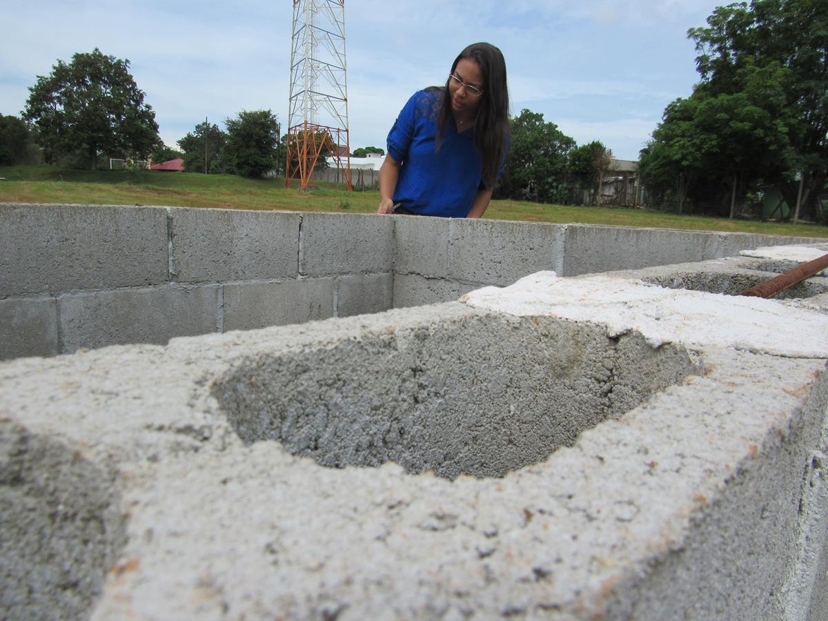 Pesquisadora Ayane Rodrigues confere os blocos que compõe um experimento de análise ambiental construído no campus da URI. Será coberto com telhas e irá recolher água da chuva para análise