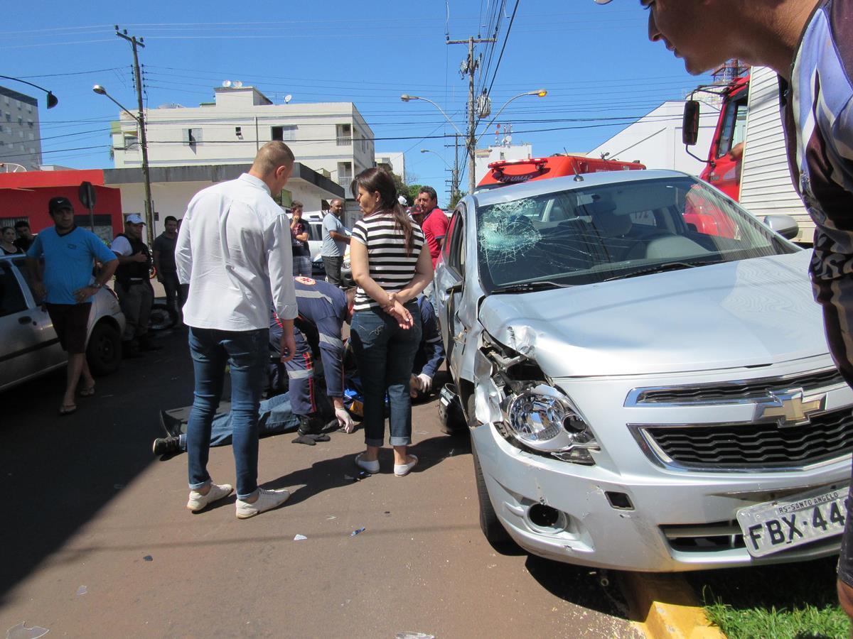 Durante a fuga após o roubo, assaltantes invadiram a preferencial e colidiram em um veículo  nas esquinas das Ruas Antunes Ribas e Duque de Caxias