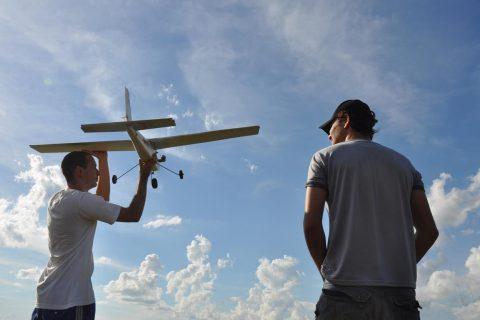 Leonardo Sabo e Victor Hugo de Azevedo fazem um voo demonstrativo de aeromodelismo