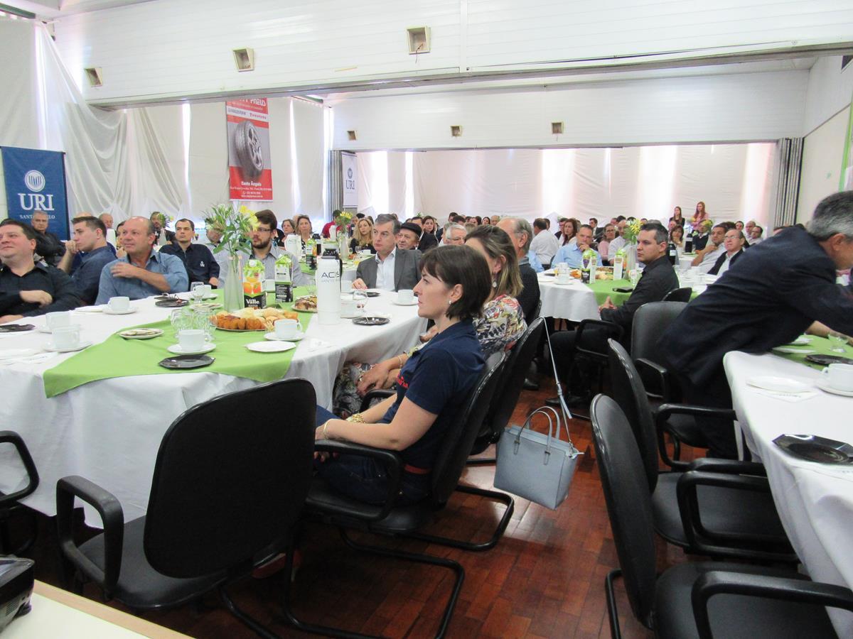 Empresários e lideranças santo-angelenses lotaram o auditório da ACISA na manhã de segunda-feira, dia 13