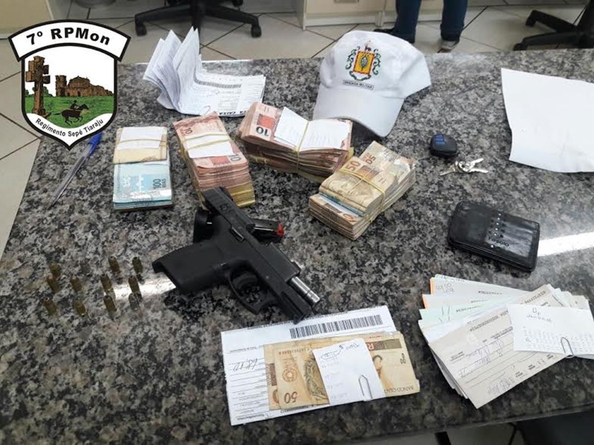 Arma foi apreendida e dinheiro foi recuperado pela Brigada Militar