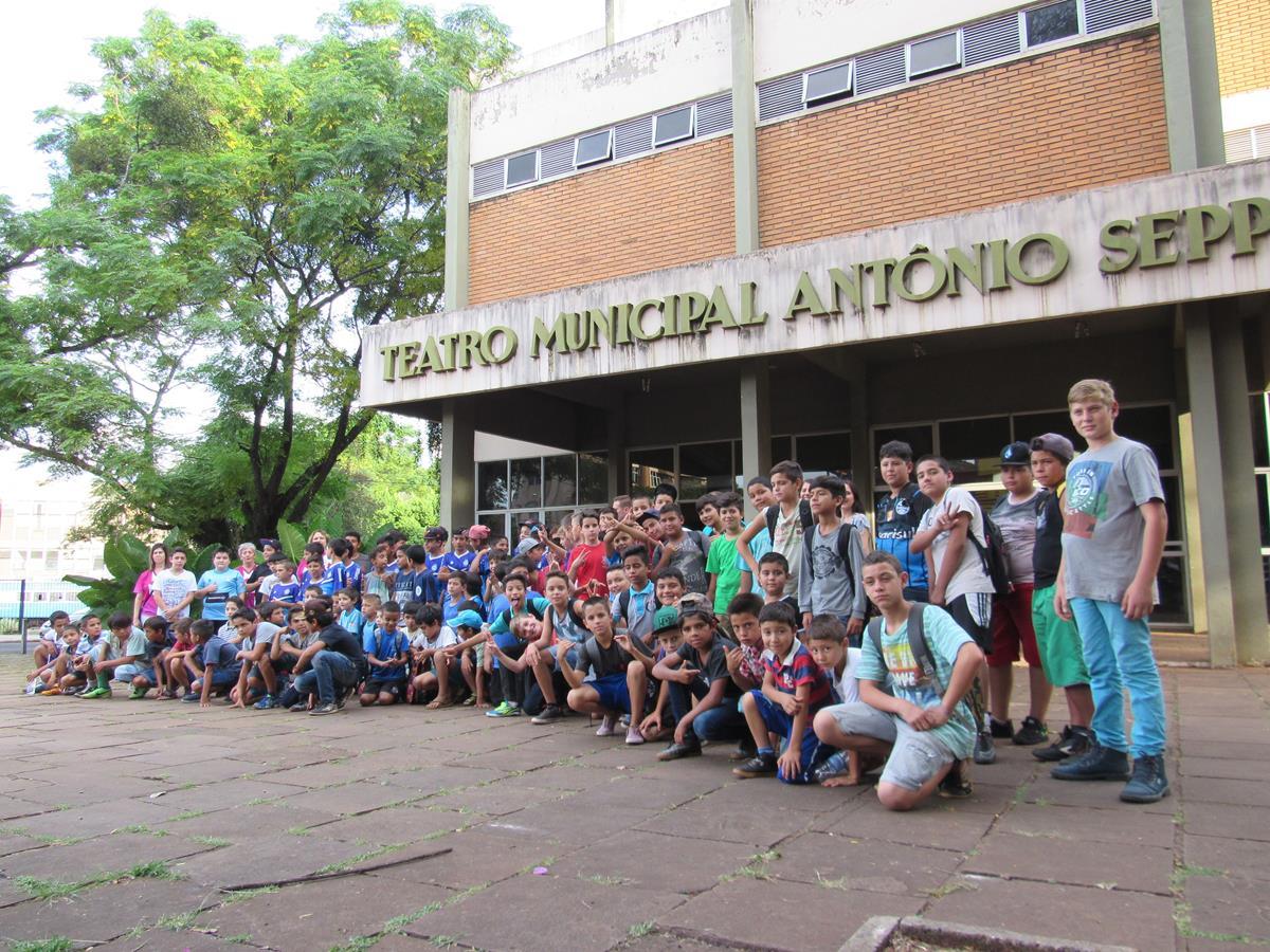 """Participantes do projeto """"Promovendo o Esporte Interativo nos Bairros"""" organizado pela Asaf reunidos para uma integração pascal no Teatro Municipal Antonio Sepp"""