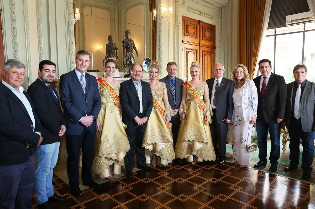 Comitiva santo-angelense foi recepcionada pelo governador do Estado, José Ivo Sartori, no Palácio Piratini