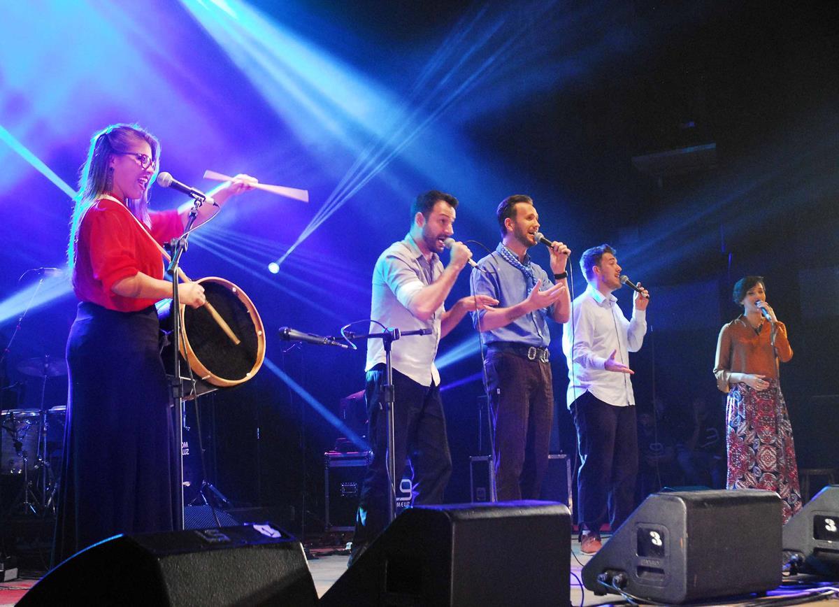 Bah Q'Tri executa a música vencedora na categoria geral, Anjo na Praça, letra de Claudio Reinke e música de Jean Kirchoff. Foto de Fernando Gomes