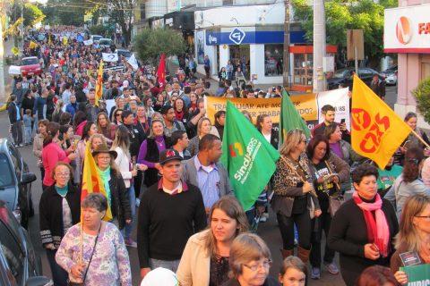 A concentração foi em frente a Catedral e a passeata seguiu até a esquina democrática