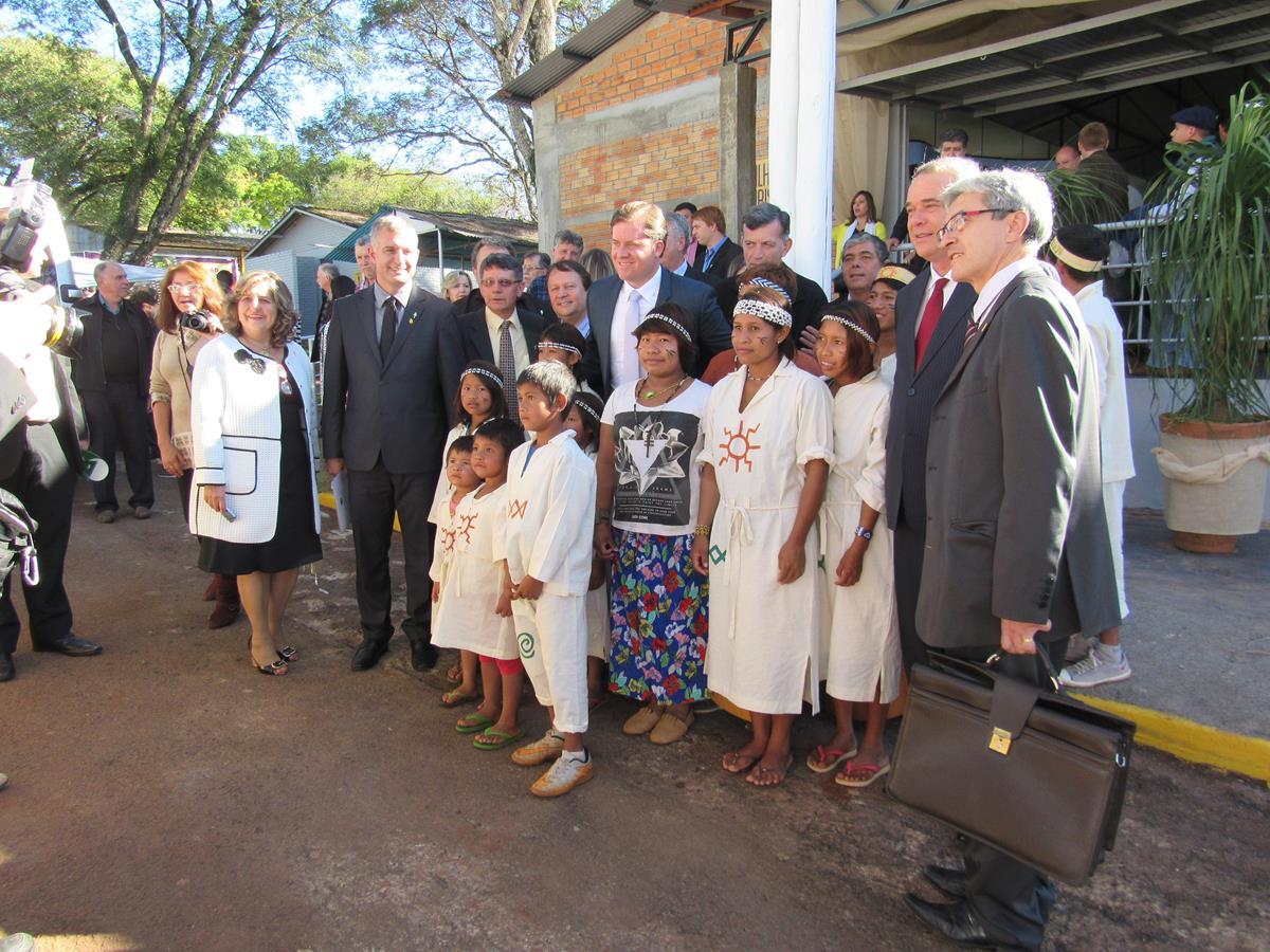 Marx Beltrão faz uma fotografia ao lado dos integrantes do Coral Mbyá-guarani da Aldeia Tekoá Koenju e demais participantes do evento de inauguração do Pavilhão