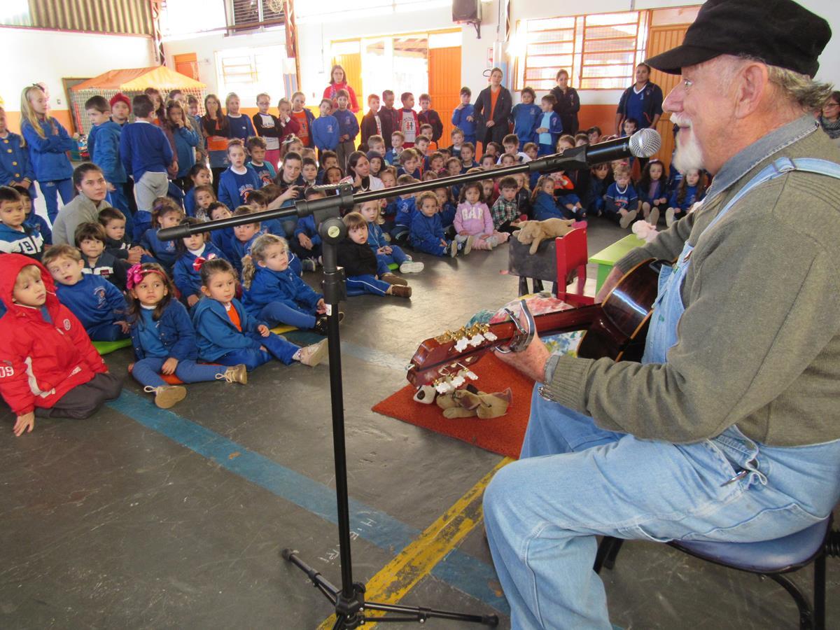 Claudino de Lucca Canta para alunos da Escola Criança e Companhia