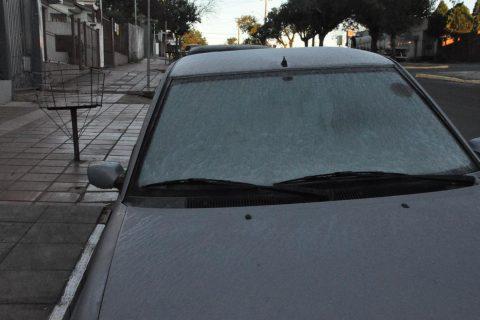 Veículo estacionado na Avenida Rio Grande do Sul, na Zona Sul da cidade ficou coberto pela geada
