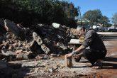 na manhã da segunda-feira, dia 12, Paulo Roberto Lemos recolhia restos de tijolos para serem reaproveitados