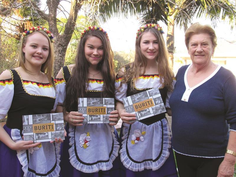 Jessica Estela Bender, Fabrícia Schiefelbein e Amanda Telocken ao lado da Professora Marta Weissmantel autora do livro Buriti: Dos Primórdios até 1950
