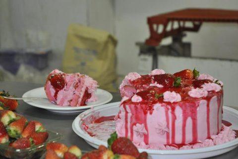 Finalização de torta confeccionada em uma confeitaria de Santo Ângelo