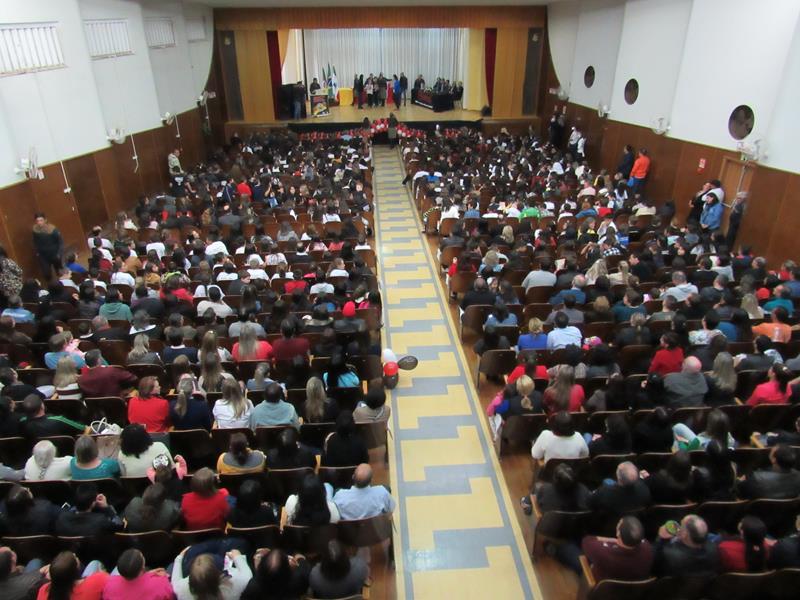Auditório do Colégio Teresa Verzeri lotado na formatura do Proerd