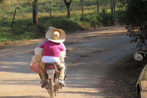 Retrato - Motociclista em estrada de chão (Copy)
