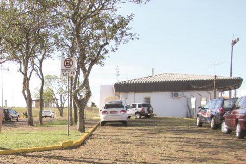 Táxi no estacionamento externo do Aeroporto Regional Sepé Tiaraju