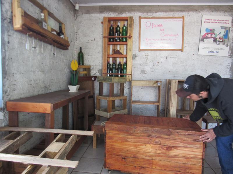 Instrutor de marcenaria do projeto, Rodrigo Santos, na oficina localizada na AV. Getúlio Vargas