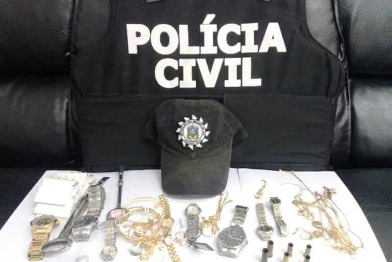 Operação apreendeu  joias, relógios, tênis, bombas de chimarrão e seis estojos de munição calibre .38
