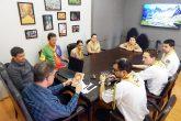 Clube de Desbravadores efetuaram a entrega de publicações literárias ao prefeito - Foto Tarso Weber