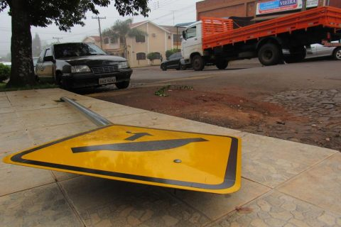 Placa tombada na Rua 10 de Novembro, entre a Brasil e a Rua dos Andradas