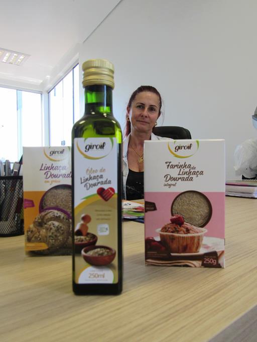 Vera Dalla Vechia mostra a linhaça dourada pronta para o consumo