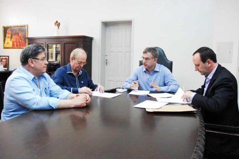 prefeito Jacques Barbosa, vice Bruno Hesse e o secretário da Administração Hélio Costa, receberam no Gabinete do Executivo o gerente de Governo da Superintendência da Caixa Federal, Marco Roberto Pozzobon