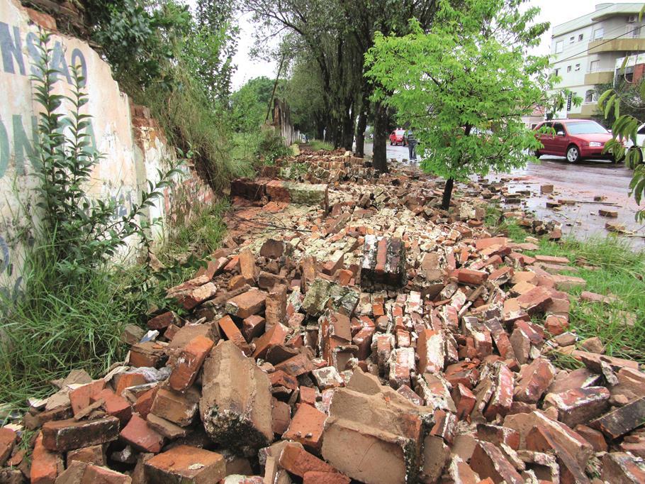 Muro do Antigo Poliesportivo da Ser Santo Ângelo vai na AV. Brasil