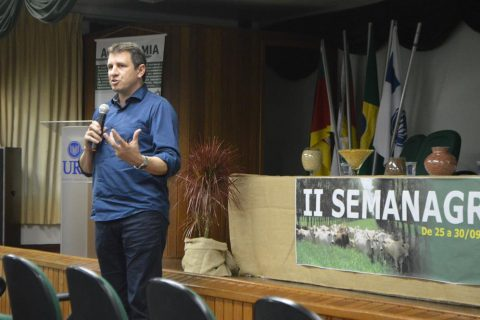 Secretário estadual de Agricultura, Ernani Polo palestrou na noite da quarta-feira, dia 27 na URI Santo Ângelo