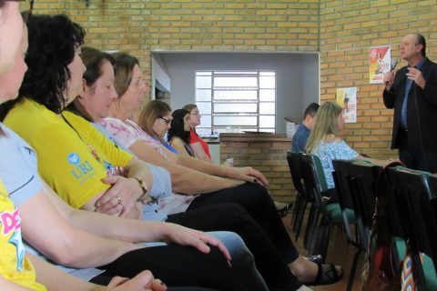 Diretor Geral Gilberto Pacheco fala no quiosque da URI durante o lançamento do Vestibular