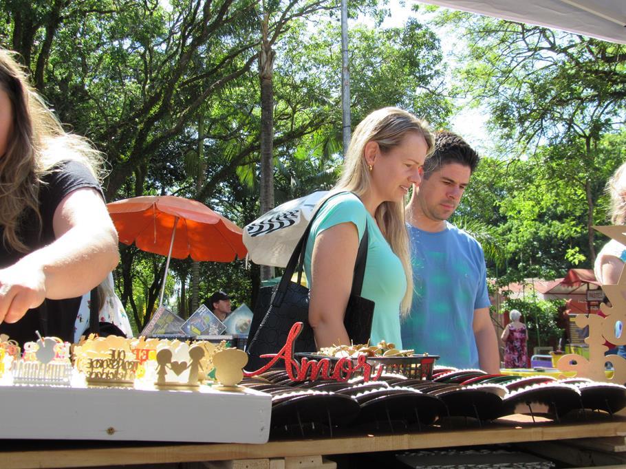 Na Praça Ricardo Leônidas Ribas cerca de 70 expositores comercializam produtos únicos que fazem parte da cultura regional