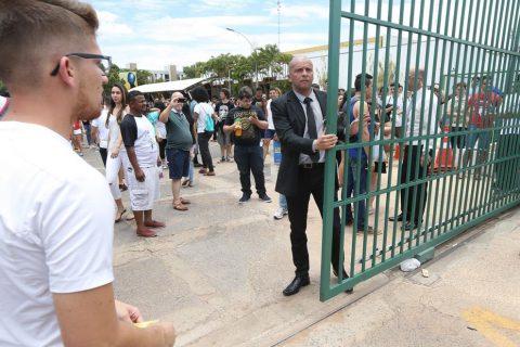 Brasília - Estudantes chegam para fazer as provas no segundo dia do Exame Nacional do Ensino Médio (Enem). (Valter Campanato/Agência Brasil)