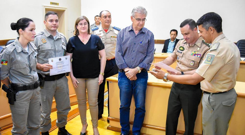 comandante do 7ºRPMon, Tenente Coronel José Vilmar Robaina da Jornada, recebeu uma placa em honra aos serviços prestados pela corporação