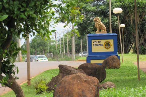 Na Av. Ipiranga um monumento do Lions deseja boas-vindas e agradece aos viajantes