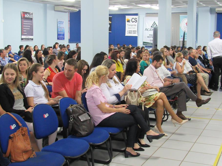 No Auditório Azul da Faculdade CNEC acadêmicos, professores e lideranças acompanharam a última noite do Simpósio