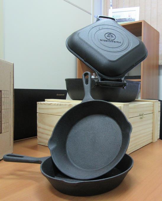 A tampa multifuncional pode ser usada como frigideira  e grill e possibilita o preparo simultâneo de dois alimentos
