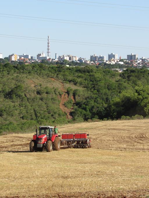 Semeadura da safra de soja em 2017/2018 em terras próximas da zona urbana de Santo Ângelo