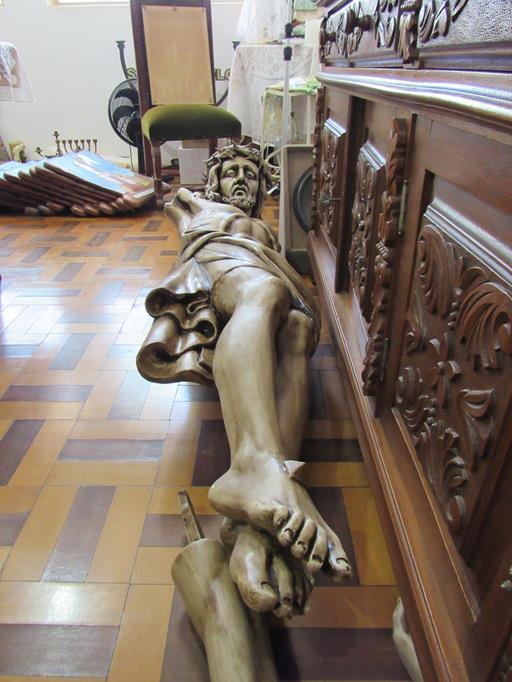 O cristo e outras imagens sacras foram retiradas da Igreja
