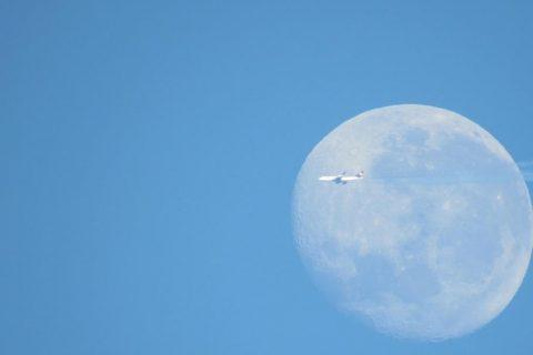 Campo de visão permite visualizar um Boeing 747-8 passando em frente a lua. Foto: Marcos Demeneghi