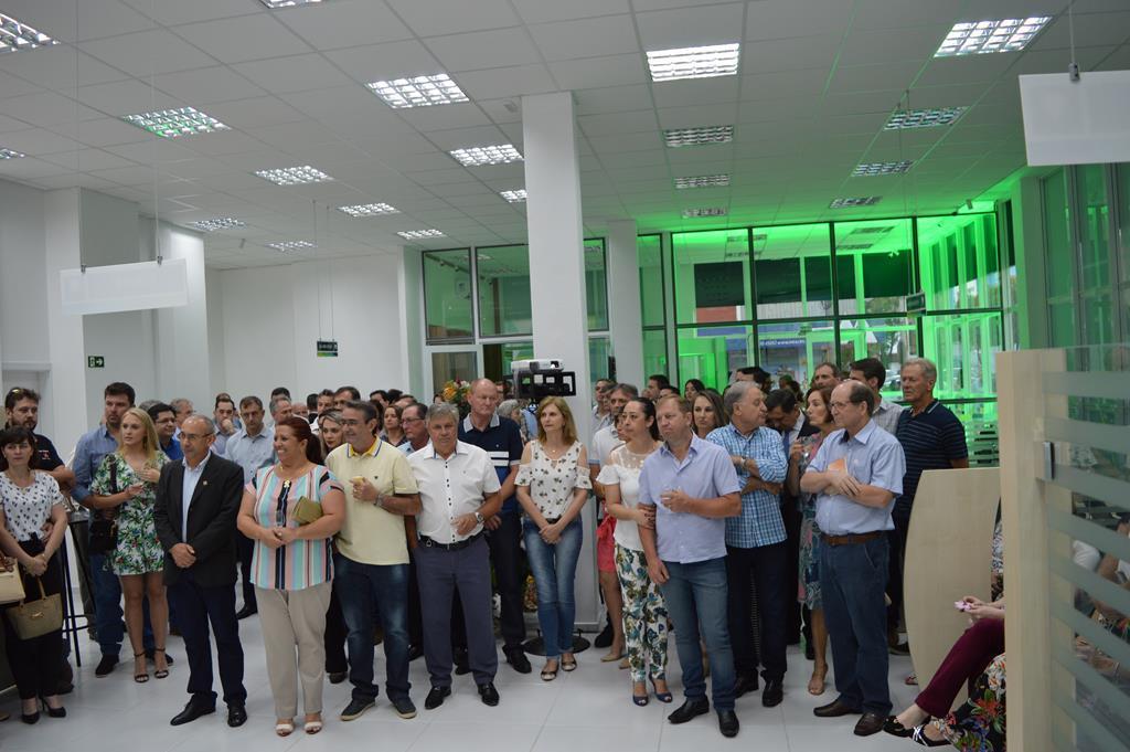 Convidados, autoridades locais e empresários participaram da cerimônia de inauguração da agência Sicoob de Santo Ângelo