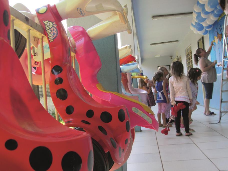 Crianças da EMEI Segundo Lar no Bairro Boa Esperança acompanham a decoração que compôs a formatura do pré-escolar