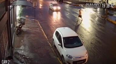 Vídeo que circula nas redes sociais mostra o momento em que Daltro dos Santos foi atropelado na Rua XV de Novembro