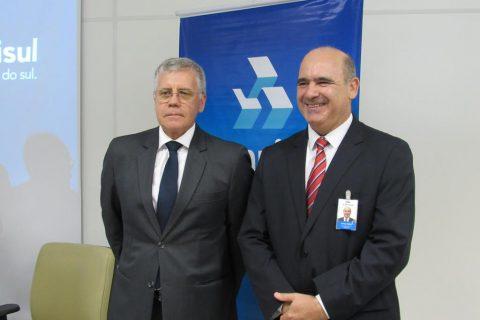 Diretor comercial de varejo do Banrisul, Osmar Paulo Vieceli ao lado de Vilmar Camilo Ritter