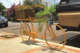 Bicicleta Floreira ornamenta o passeio público na Rua Antunes Ribas e foi feita com peças que seriam descartadas - Foto: Marcos Demeneghi